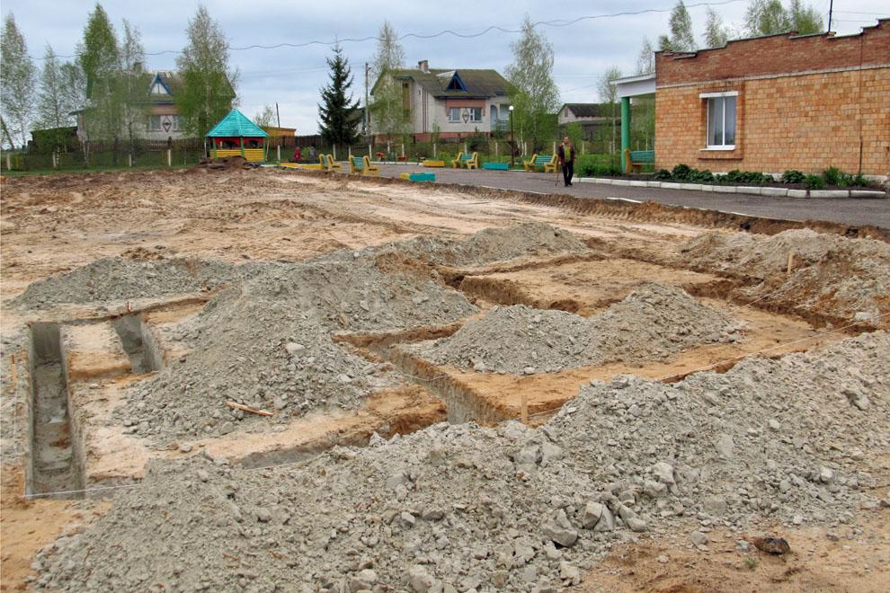 Das Fundament für die Sauna wird gebaut