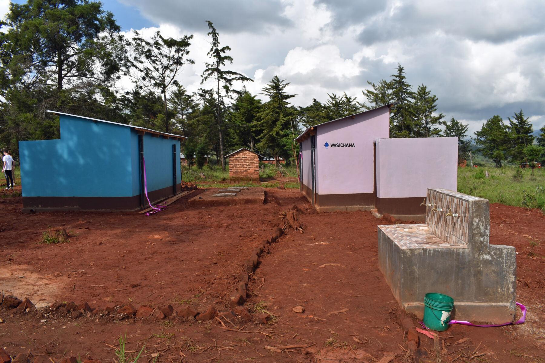 Neue Toiletten für 300 Schüler in Tansania
